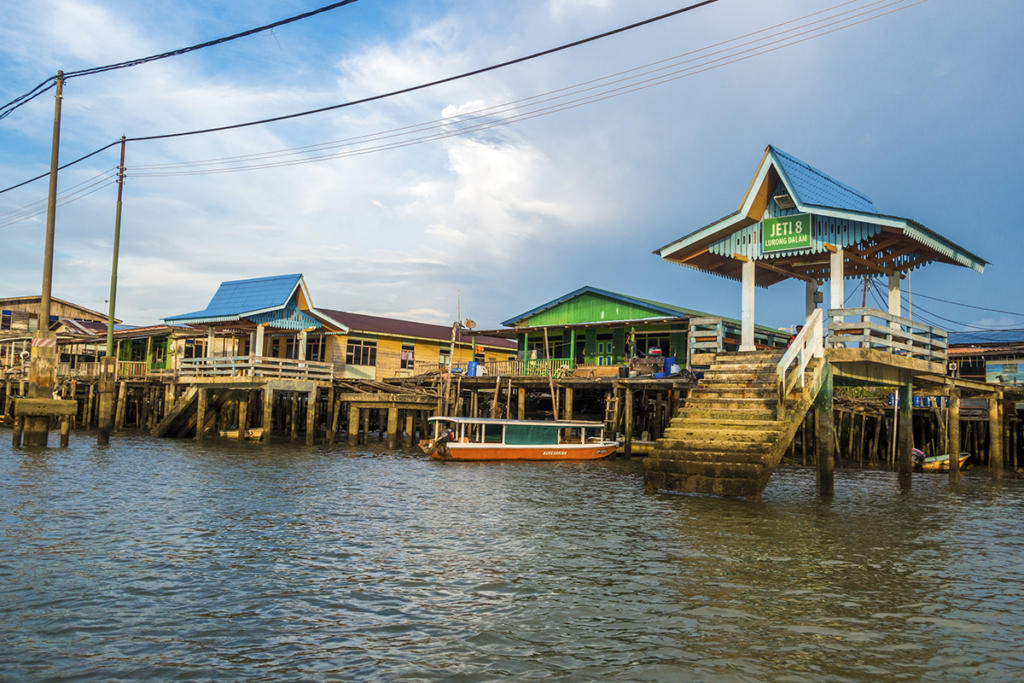 Kampong-Ayer-Floating-village-in-Brunei-000106083307_Full-2